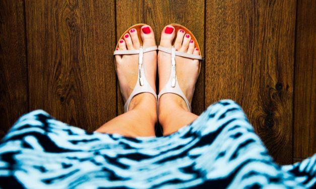 Sandały i klapki – kiedy wypada, a kiedy nie?