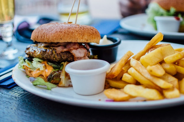 Trudne potrawy: jak jeść burgera?