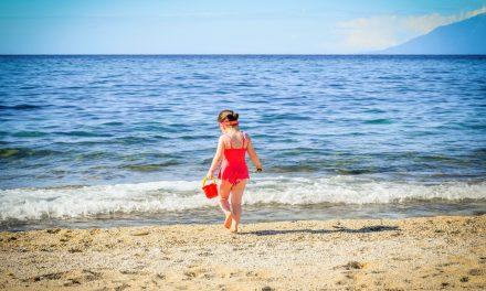 Nagie dzieci na plaży – gdzie przebiega granica?